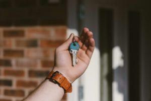 יד אוחזת מפתח